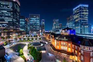 Fototapete - Tokyo railway station and business district building at night, Japan.
