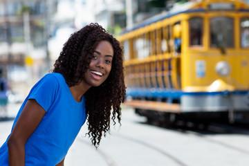 Junge Brasilianerin mit Strassenbahn