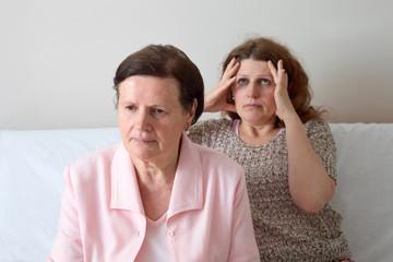 Mutter und Tochter haben Streit