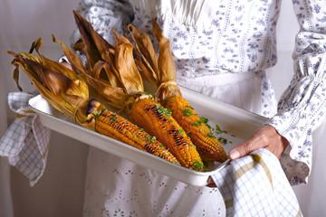 запеченная кукуруза на противне с солью и петрушкой