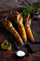 кукуруза гриль с петрушкой и солью на столе
