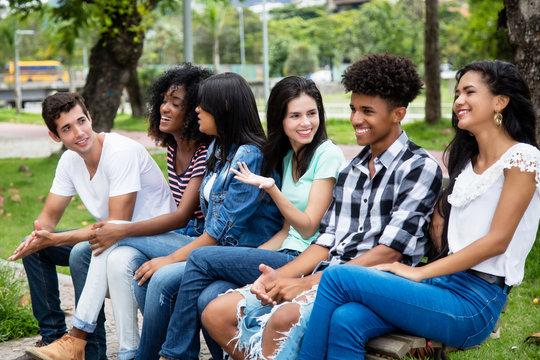 Jugendliche im Gespräch auf einer Bank