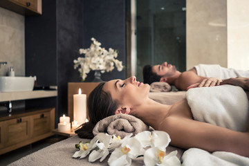 Young man and woman lying down on massage beds at Asian luxury spa and wellness center Fototapete