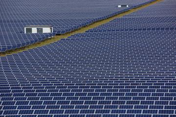 Solarfeld, Solarpark in der Landschaft, Fesselsdorf, Bayern, Deutschland