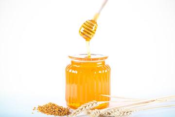 мёд свежий сбор стоит на ярком жёлтом фоне