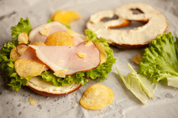 Bio Pretzel with Ham, chips and salad