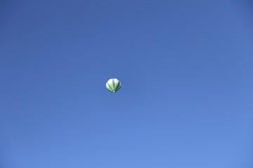 Heißluftballon bei blauem Himmel