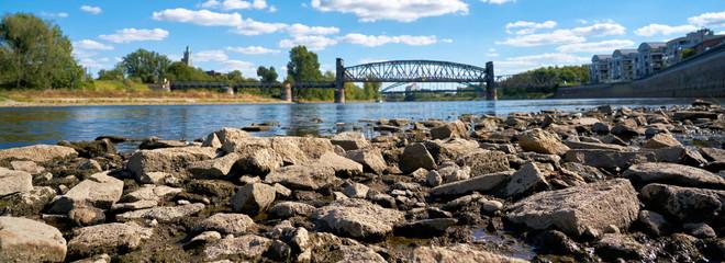Der Fluss Elbe bei Magdeburg bei Niedrigwasser durch einen heißen Sommer