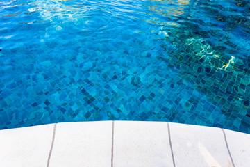 rebord de piscine bleue
