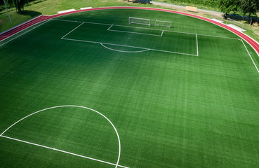 Fußballplatz mit Kunstrasen aus der Vogelperspektive, Luftbild
