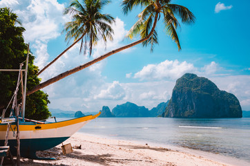 Foto auf Acrylglas Tropical strand Banca boat on shore under palm trees.Tropical island scenic landscape. El-Nido, Palawan