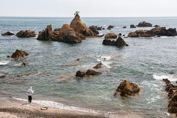 海岸から波の穏やかな海に入る海女