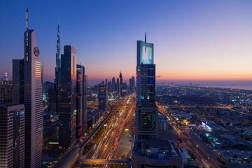 Luftaufnahme auf die Sheik Zayed Road in Dubai fotografiert zur blauen Stunde im November 2016