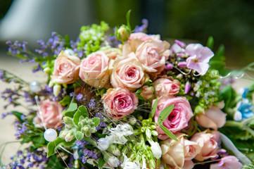 Poster Struisvogel brauatstrauß gebunden liegend hochzeit nahaufnahme rosen frisch schön floristenarbeit