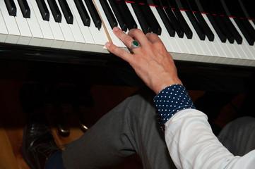 hand spielt klavier klavierspieler tasten anspielen