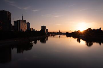 Skyline in Frankfurt bei Sonnenaufgang