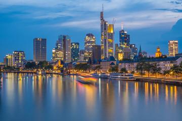 Frankfurt am Main - Skyline während der Blauen Stunde