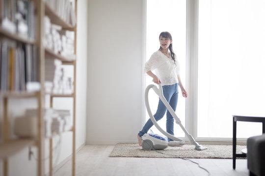 掃除機・女性