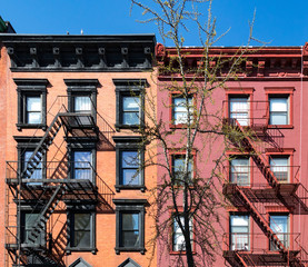 Fototapete - Colorful old apartment building in the East Village of Manhattan in New York City