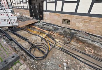 Strassenbau - Viele verschiedene Stromkabel und Glasfaserkabel werden neu verlegt