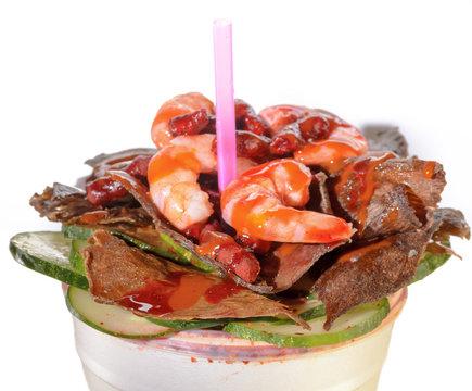 Botana típica mexicana para michelada o cerveza de camarón con cecina
