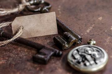 clé anciennes et montre gousset sur fond rouillé 1