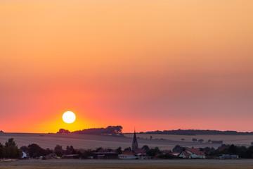 Sonnenuntergang mit großer Sonne