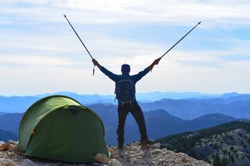 zirvede kamp,başarılı tırmanış, ve mutlu dağcı