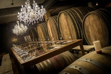Weinfässer, Verkostungstafel und Kronleuchter