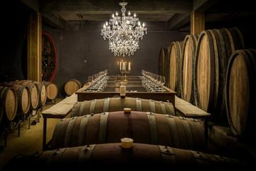 Weinfässer und Verkostungstafel