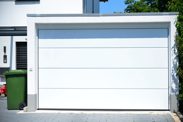 Moderne Beton-Garage mit Automatik-Tor in der Hauszufahrt