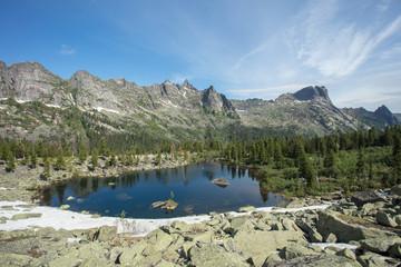 Горное чистое озеро зелёного цвета. Лето в горах. Замечательный горный пейзаж