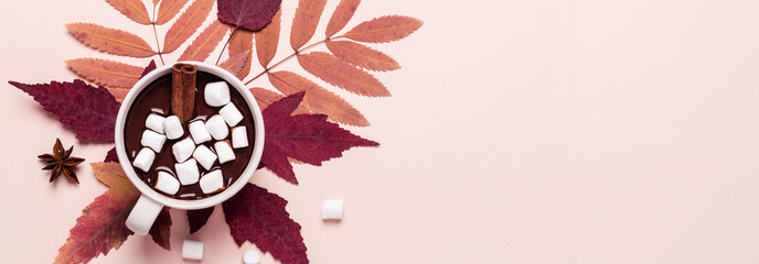 Poster de jardin Chocolat Thick hot chocolate cup with marshmallow on autumn leaves