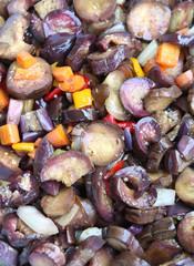 melanzane tagliate e bollite con aceto e vino per la  conservazione sott'olio
