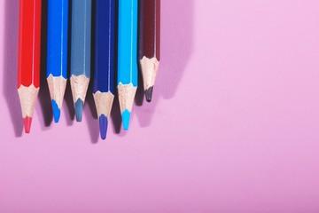 crayons de couleur rouge bleu