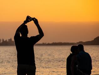 Handy beim Sonnenuntergang