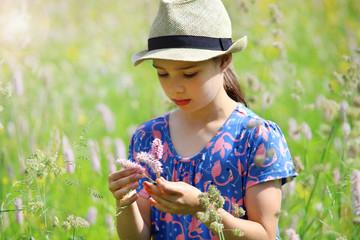 Ein Mädchen steht in einer wilden Blumenwiese im Thüringer Wald
