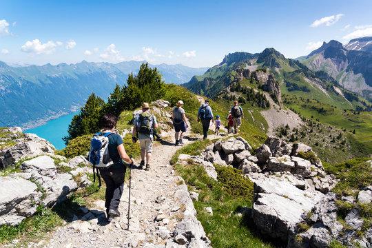 Wandergruppe im Berner Oberland, Gebirgskamm mit Aussicht auf den Brienzersee, Schynige Platte, Schweiz