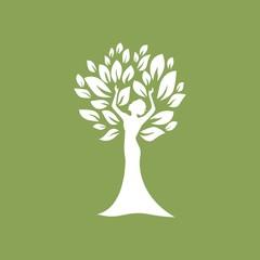 Женщина и листья