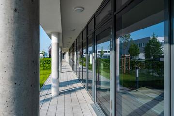 Gebäude Erdgeschoss mit Glasfront