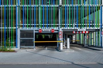 Einfahrt und Ausfahrt Parkhaus modern
