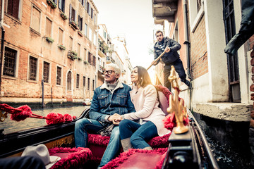 Foto op Aluminium Gondolas Couple sailing on venetian gondola