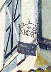 Ville médiévale d'Eymet, vieille enseigne en fer forgé au coin d'une rue, département de la Dordogne, France