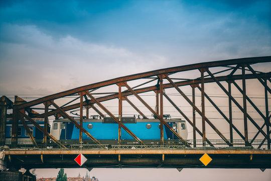 Locomotive sur pont en fer