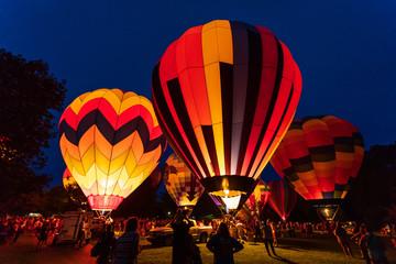 Poster Ballon Hot air balloon festival glowing at night