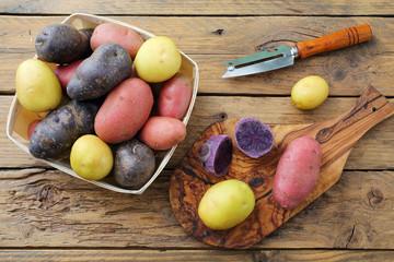 patate crude su sfondo tavolo di cucina