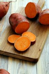 patate dolci o gialle crude su sfondo tavolo di cucina