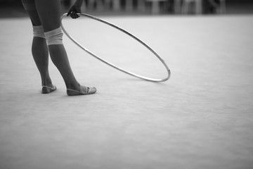 Photo sur Plexiglas Gymnastique Athlete with a hoop for an exercise in rhythmic gymnastics in a training hall