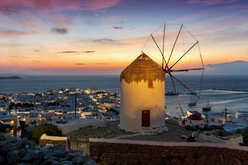 Wall Mural - Alte Windmühle über der Stadt von Mykonos auf den Kykladen am Abend nach Sonnenuntergang, Griechenland