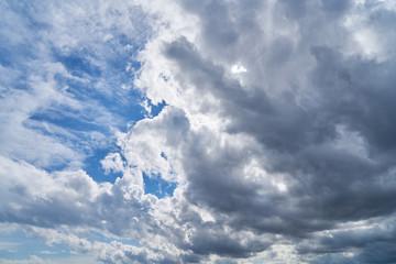 Himmel Hintergrund mit Wolken vor Sonne